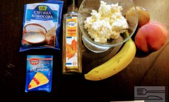 Шаг 1: Для приготовления десерта возьмите: творог, банан, персик, киви, кленовый сироп, кокосовую стружку, желатин.