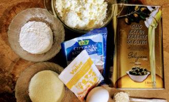 Шаг 1: Для приготовления данного десерта возьмите: творог, рисовую муку, манную крупу, яйцо, кокосовую стружку, кунжут, ванилин и оливковое масло для жарки.
