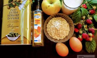 Шаг 1: Для приготовления данного десерта возьмите: овсяные хлопья, яйца, кефир, кленовый сироп, яблоко и оливковое масло для жарки.