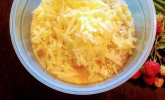 Шаг 5: Яблоко очистите от кожуры, натрите на крупной терке и высыпьте в тесто.
