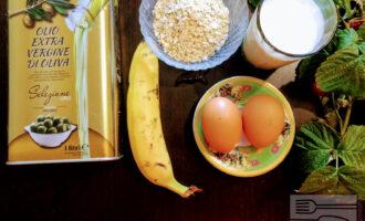 Шаг 1: Для приготовления овсяноблина возьмите: овсяные хлопья, яйца, молоко, банан и оливковое масло для жарки.