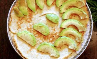 Шаг 5: Авокадо очистите от кожуры, выньте косточку и порежьте тонко на кусочки. Разложите на готовый и слегка остывший овсяноблин.