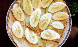 Шаг 6: Банан порежьте тоними пластинками и разложите следующим слоем на овсяноблин.