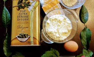 Шаг 1: Для приготовления данного десерта возьмите: мягкий творог, яйцо, ванилин, рисовую муку, кокосовую стружку, оливковое масло.