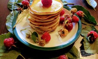 Шаг 6: Жарьте до готовности на среднем огне. Подавать можно с ягодами и медом.
