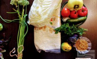 Шаг 1: Для приготовления шаурмы возьмите: один лист лаваша, горчицу в зернах, свежий огурец, болгарский перец, пекинскую капусту, помидор, базилик, укроп, соль.