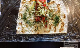 Шаг 7: Болгарский перец помойте, очистите от семян. Мелко порежьте и разложите на остальные ингредиенты.