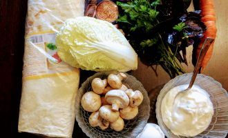 Шаг 1: Для приготовления шаурмы возьмите: лаваш, горчицу в зернах, сметану, вареное яйцо, шампиньоны, пекинскую капусту, морковь, огурец, базилик, зелень, соль по вкусу.