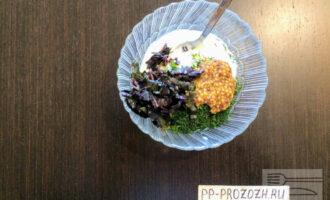 Шаг 2: В глубокую тарелку высыпьте сметану, горчицу и мелко порезанную зелень с базиликом. Тщательно перемешайте все ингредиенты.
