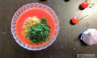 Шаг 4: Укроп помойте, мелко порубите и высыпьте в тарелку с соусом.