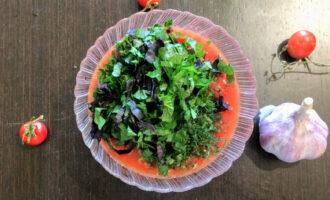 Шаг 5: Петрушку и базилик помойте, порубите и высыпьте к остальным ингредиентам.