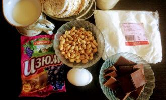 Шаг 1: Для приготовления данного торта возьмите: хлебцы несладкие Dr. Korner, арахис, изюм, кокосовую стружку, горький шоколад, молоко, яйцо, крахмал.