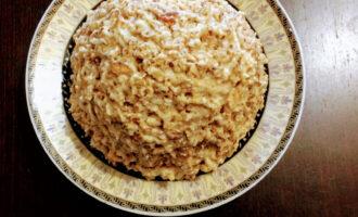 Шаг 6: На блюдо выложите смесь хлебцов с кремом в виде горки.