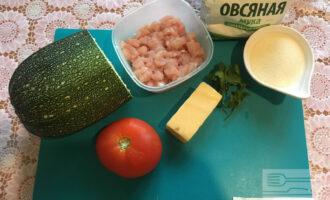 Шаг 1: Подготовьте необходимые ингредиенты. Кабачок натрите на средней или крупной терке, немного отожмите и посолите.
