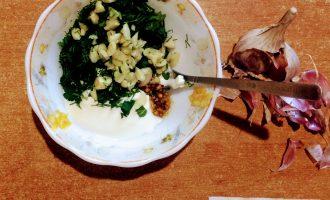Шаг 5: Чеснок очистите от кожуры и мелко порубите. Высыпьте к остальным ингредиентам. Посолите и поперчите по вкусу. Тщтельно перемешайте соус.