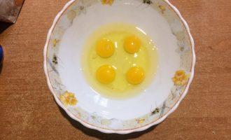 Шаг 5: В глубокую миску вбейте яйца и перемешайте.