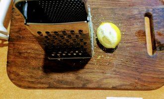 Шаг 7: Лимон помойте и сделайте цедру, потерев на мелкой терке. Высыпьте в тесто.