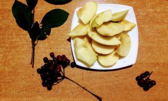 Шаг 9: Яблоки помойте, очистите от сердцевины и порежьте дольками.