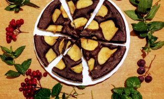 Шаг 11: Выпекайте при температуре 180 градусов до готовности. Готовый торт полейте сиропом из изюма.