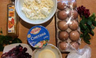 Шаг 1: Для приготовления торта возьмите: творог, сметану, яйца, манную крупу, ягоды, кленовый сироп, кокосовую стружку.