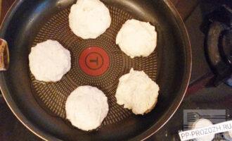 Шаг 5: Смочите руки водой, сформируйте сырники и выложите на разогретую сковороду. Жарьте на небольшом огне до золотистой корочки с двух сторон. Далее огонь убавьте на минимум, накройте сковороду крышкой. Следите за сырниками и при необходимости переворачивайте. Минут через пять сырники будут готовы.