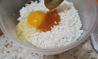 Шаг 3: Добавьте чайную ложку меда.