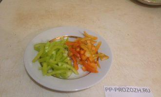 Шаг 2: Перцы возьмите двух цветов – красный и зеленый. Помойте, почистите от семян и нарежьте соломкой.