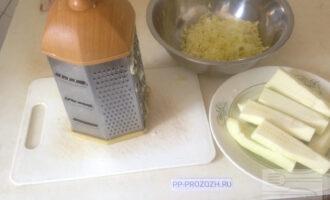 Шаг 2: Кабачки помойте, снимите кожуру и вырежьте серединку с семенами. Готовые кусочки кабачков натрите на терке и сложите в миску. Слегка присолите, чтобы отошел сок, и отставьте на время в сторону.