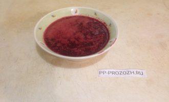 Шаг 2: Удалите косточки из вишен. Положите вишни в кастрюлю, добавьте 3 столовые ложки воды и 2 таблетки стевии. Проварите ягоды до мягкости. Пока они кипят, залейте 10 гр. желатина двумя ложками воды для набухания. Ягоды снимите с огня, измельчите блендером до получения пюре, добавьте набухший желатин и мешайте до его полного растворения.