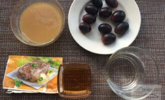 Шаг 1: Приготовьте ингредиенты. Вымойте виноград.