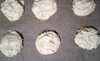 Шаг 4: При помощи ложки или кондитерского мешка выложите готовое тесто на противень, застеленный пергаментом. Выпекайте в разогретой до 180 градусов духовке 30 минут.