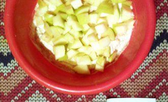 Шаг 3: Добавьте яблоки, порезанные на кусочки. Несколько долек можно оставить для украшения.