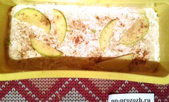 Шаг 4: Хорошенько перемешайте готовое тесто и перелейте его в форму для выпечки. Сверху украсьте яблочными дольками и чуть-чуть присыпьте корицей. Запекайте в разогретой до 180 градусов духовке 30 минут.