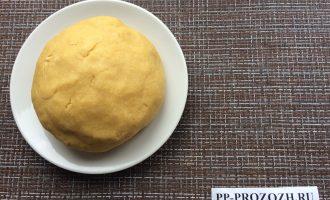 Шаг 2: Замесите тесто из нутовой муки, масла, воды и соли. Сформируйте шар и дайте отдохнуть полчаса.