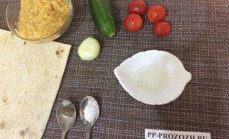 Шаг 1: Приготовьте ингредиенты. Заранее отварите чечевицу в подсоленной воде и остудите. Вымойте овощи и очистите лук.