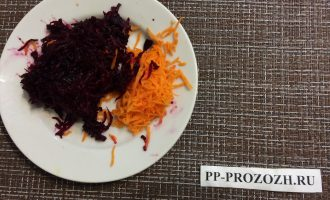Шаг 2: Свеклу и морковь натрите на мелкой терке.