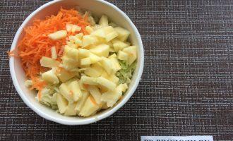 Шаг 3: Натрите морковь и нарежьте яблоко.