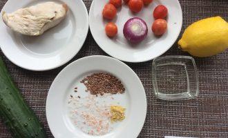 Шаг 1: Приготовьте ингредиенты. Заранее отварите куриное филе. Вымойте овощи, очистите лук.