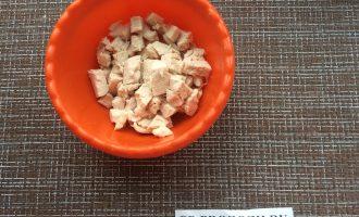 Шаг 3: Куриное филе нарежьте кубиками.