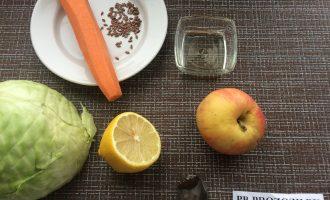 Шаг 1: Приготовьте ингредиенты. Вымойте овощи и яблоко. Очистите морковь.