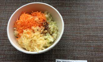 Шаг 3: Натрите морковь и яблоко на мелкой терке. Добавьте к капусте.