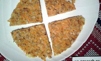 Шаг 5: Выпекайте на антипригарной сковороде под крышкой 7 минут. Это будет корж для нашего тортика. его также можно приготовить в духовке или в микроволновке.