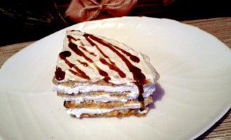Шаг 9: Этой глазурью полейте готовый тортик. Его можно есть сразу, а можно убрать в холодильник на несколько часов.