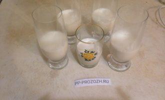 Шаг 4: Разлейте приготовленные сливки по стаканам или креманкам. Оставьте для остывания. Когда остынут сливки, поставьте их в холодильник, чтобы масса застыла.