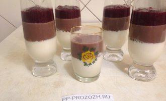 Шаг 7: Вот и шоколадная смесь застыла. Можно добавить верхним слоем вишневое пюре. Поставьте последний раз в холодильник, чтобы пюре хорошо схватилось и превратилось в желе.
