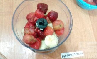Шаг 2: Перемелите банан и клубнику до однородной массы. Добавьте для эластичности кокосовое масло.