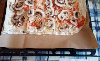 Шаг 5: Следующий слой грибы нарезанные слайсами.