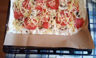 Шаг 7: Еще немного натертого сыра и отправьте пиццу в разогретую до 180 градусов духовку.