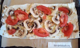 Шаг 4: Грибы и помидоры нарежьте слайсами и уложите на сыр.