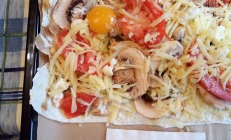 Шаг 6: Сырое яйцо выбейте прямо на пиццу и отправьте в разогретую до 170 градусов духовку.
